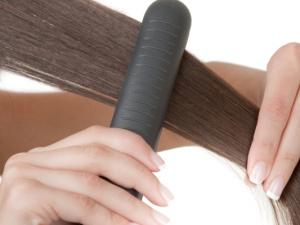 Žehlení vs. permanentní rovnání vlasů