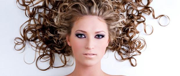 přirozeně vlnité vlasy